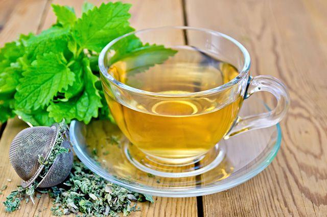 Xícara de chá de erva cidreira