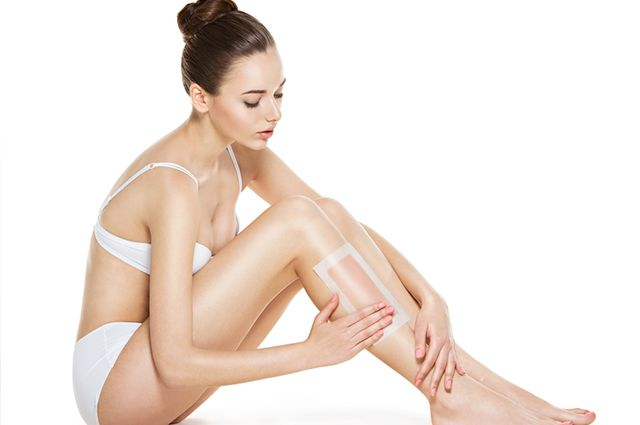 Mulher depilando perna