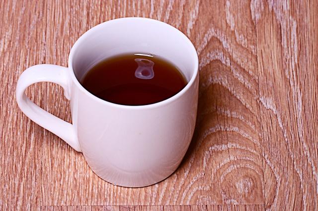 Chá de tanchagem sobre a mesa