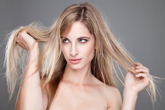 Mulher segurando cabelos