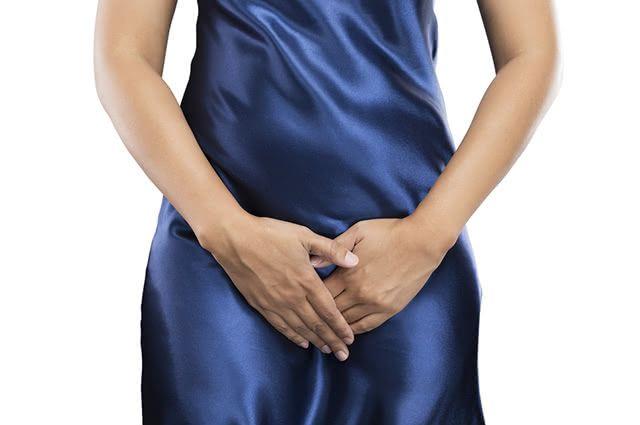 O corrimento vaginal esbranquiçado é um dos sintomas da candidíase