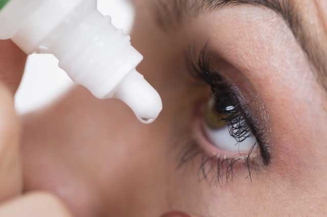 Um remédio caseiro para conjuntivite é usar água salgada e aplicar com conta-gotas