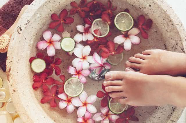 Banho para os pés alivia inchaço
