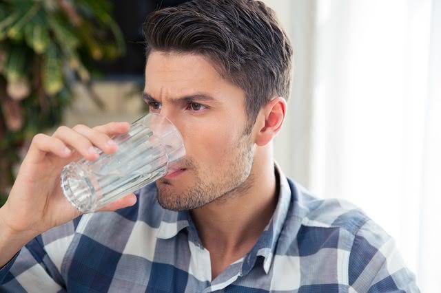 O soro caseiro pode e deve ser oferecido para crianças e idosos desidratados