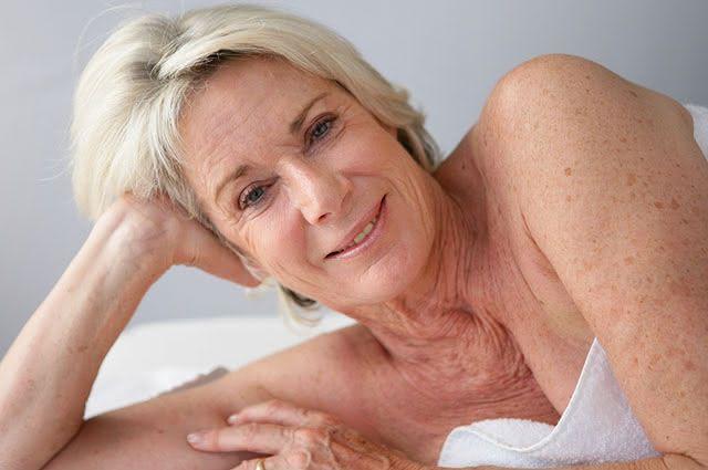 As manchas decorrentes da idade também podem ser clareadas com dicas caseiras