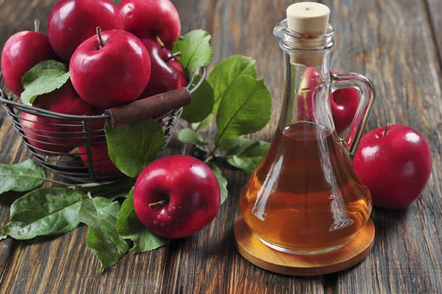 O vinagre de maçã misturado com água serve como banho de assento contra candidíase