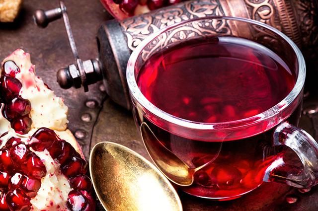Xícara com chá de romã