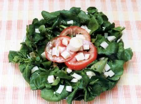 Salada feita com a hortaliça mais palmito e tomates