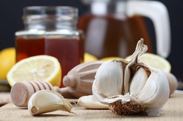 Combater a pressão alta é um dos potenciais do chá de alho