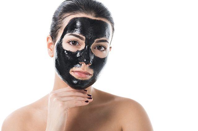 Mulher com máscara de argila preta