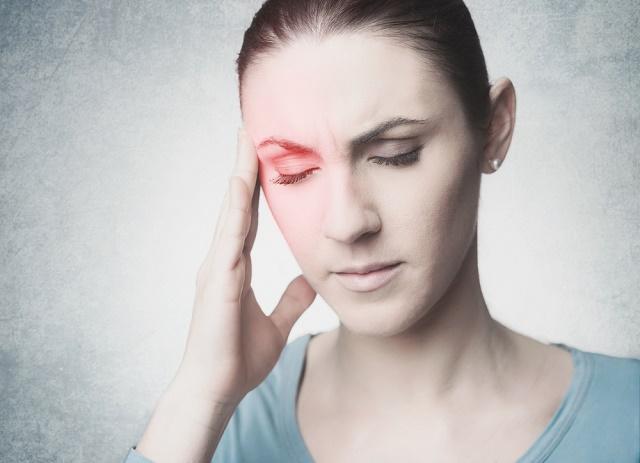 Mulher com dor na cabeça