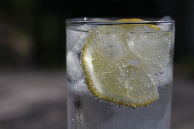 Copo de água com limão