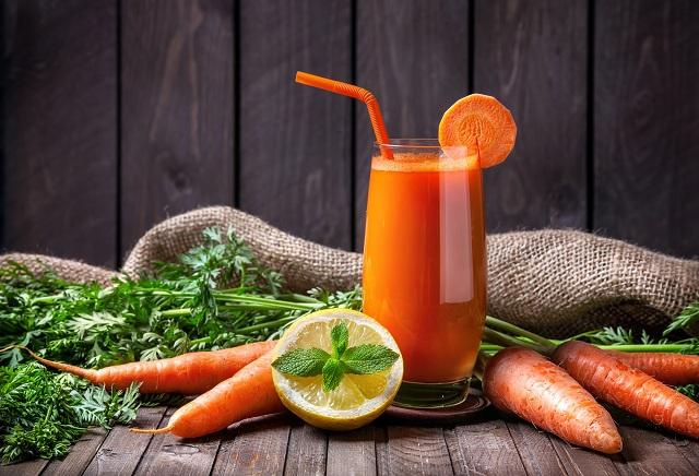 Copo com suco detox de cenoura