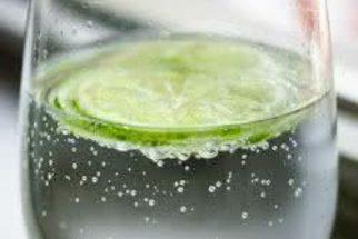 Água gelada misturada com limão emagrece mesmo?