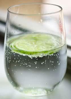 Perca medidas tomando água gelada com limão
