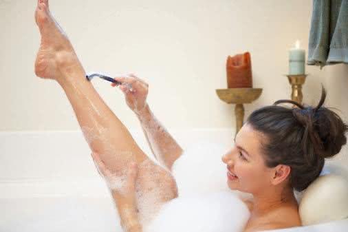 Mulher se depilando