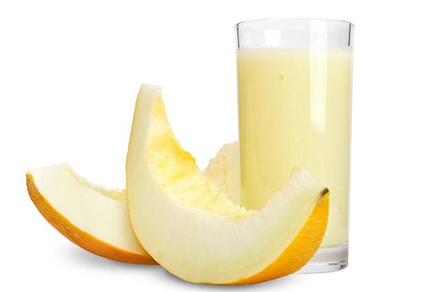 Copo com suco de melão