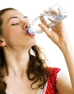 Beba muita água. Ela é um ótimo artifício contra os cálculos renais