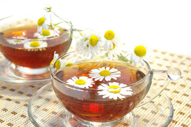 Um dos benefícios do chá de camomila é o de favorecer a saúde da pele
