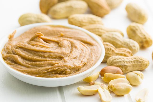 Tigela com pasta de amendoim
