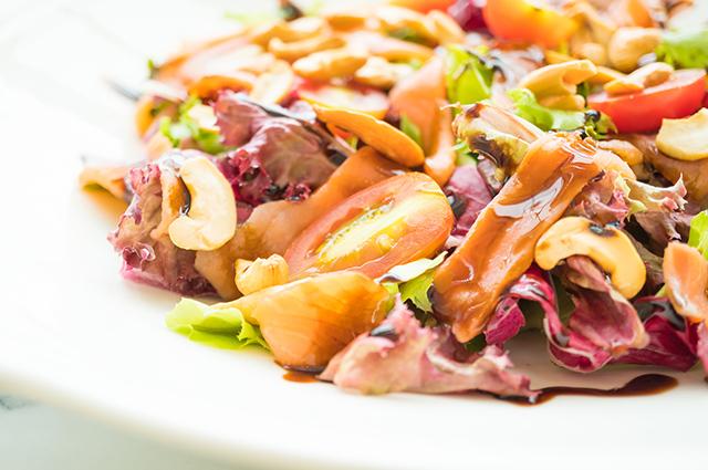 Prato com salada de caju