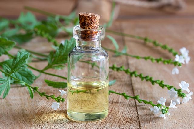 Frasco com óleo essencial de verbena