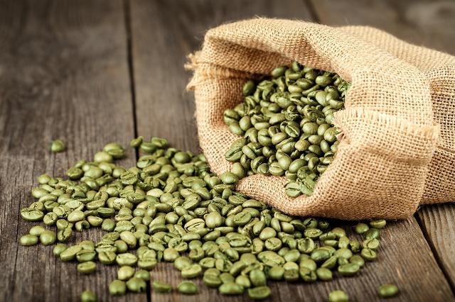 Café verde sobre a mesa