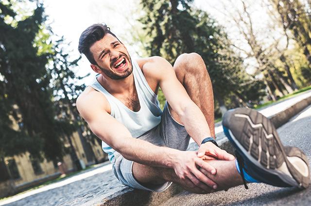 Homem com dor na perna