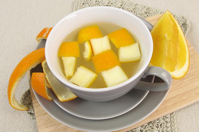 Xícara com chá de casca de laranja
