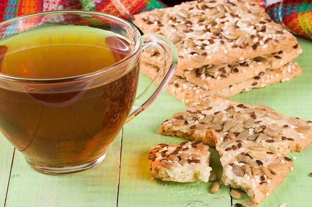 Xícara com chá de semente de girassol