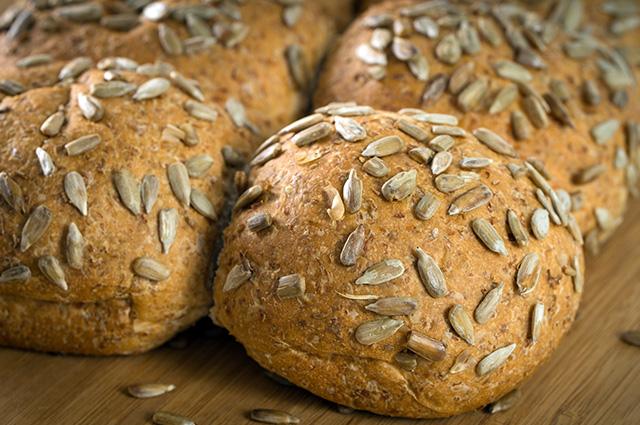 Pão com semente de girassol em cima
