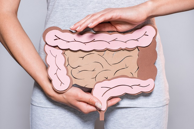 Mulher segurando intestino
