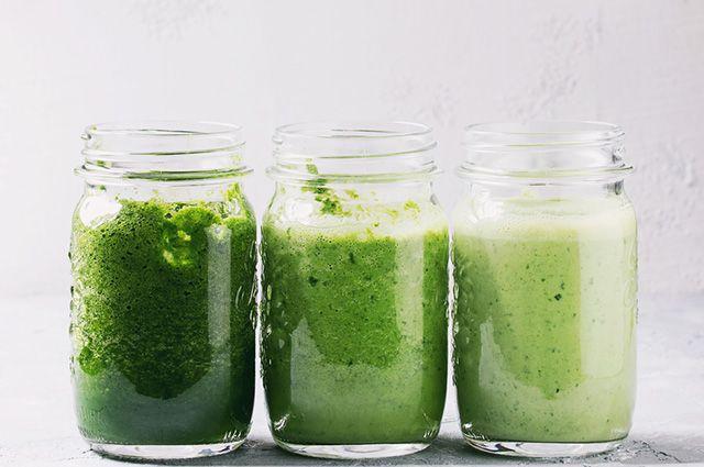 Três sucos verdes de diferentes tonalidades