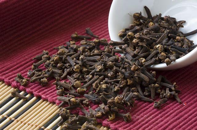 O cravo-da-índia tem o poder de melhorar a digestão, evitar a prisão de ventre e náuseas