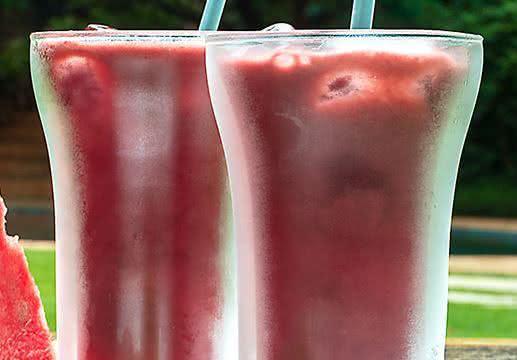 Suco detox de açaí e melancia