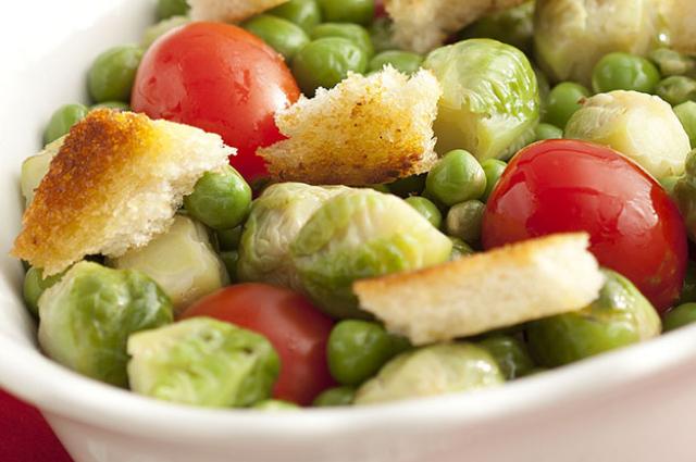 Salada com couve de Bruxelas, ervilhas e tomates