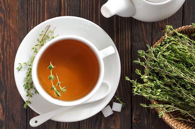 Xícara com chá de tomilho