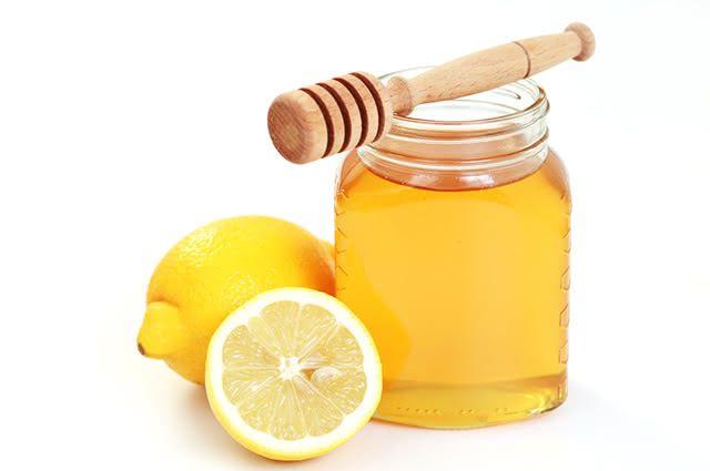 O limão unido ao mel é muito potente para combater a tosse seca e produtiva