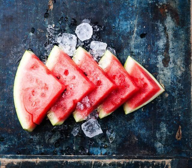 Melão, morango e melancia são exemplos de alimentos ricos em água