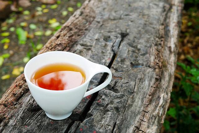Chá em xícara branca