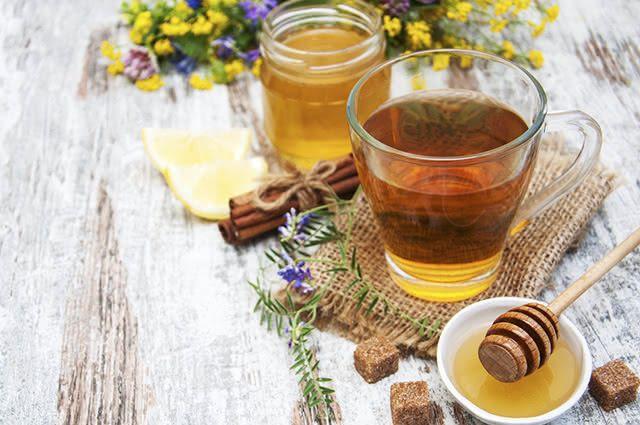 A combinação de canela e mel tanto alivia quanto trata a dor de garganta