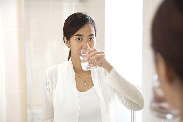 O gargarejo de água e sal higieniza a garganta, acelerando a cura da dor de garganta