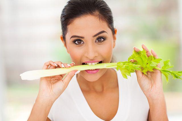 Entre os benefícios do aipo estão a eliminação dos gases intestinais e a melhora na digestão