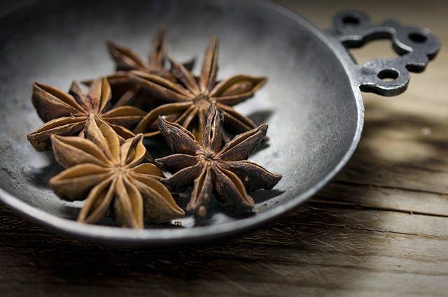 O anis estrelado ajuda a aliviar a sensação de estômago pesado