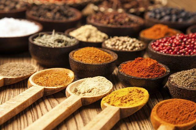 Como exemplo de temperos que ajudam a emagrecer temos a salsa, o orégano e o gengibre