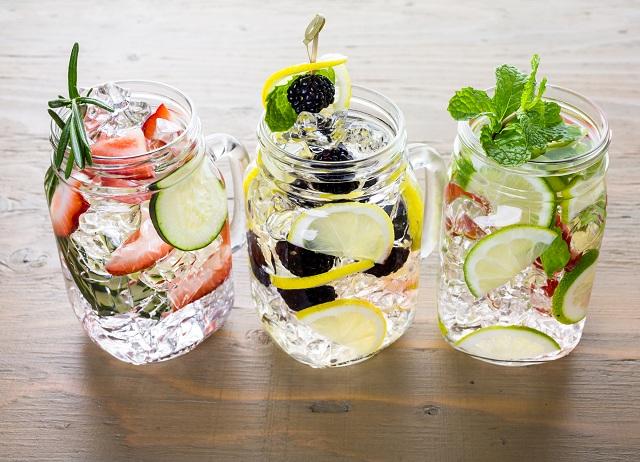 Copos com água aromatizadas