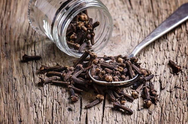 Para usar o cravo como remédio caseiro contra mosquitos utilize-o em um difusor de aromas