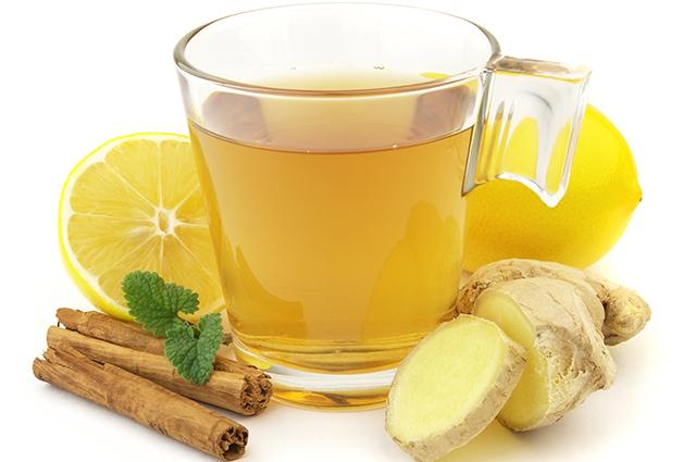 Xícara com chá de gengibre, limão e canela
