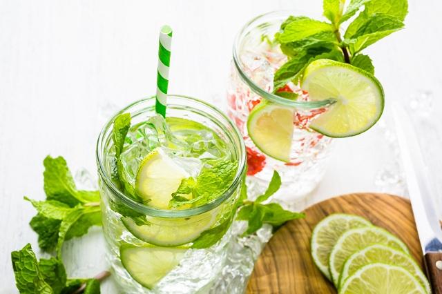 Copos com água aromatizada com limão e hortelã