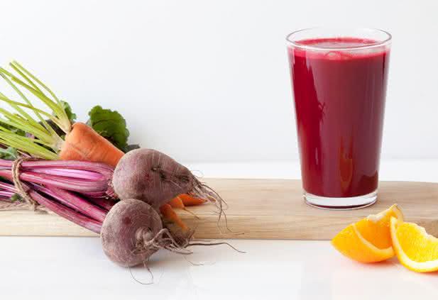 Suco de cenoura, laranja e beterraba para revigorar a saúde e a beleza
